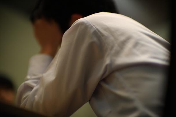写真・図版 : 原発事故の避難先でいじめを受けた経験を語る少年