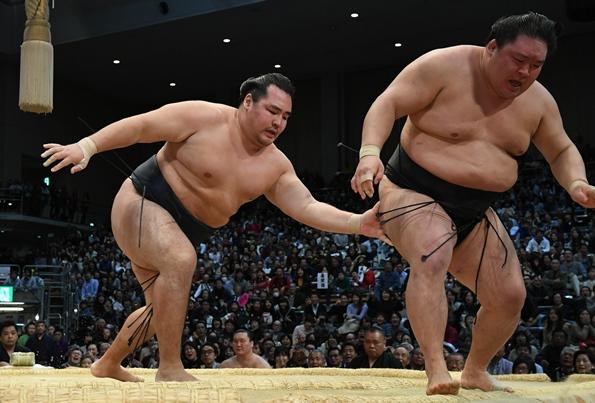 11月場所千秋楽、鶴竜(左)に上手出し投げで敗れた豪栄道=2016年11月26日、福岡国際センター