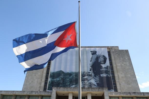 国立図書館前には半旗が掲げられていた=29日午後、キューバ・ハバナ