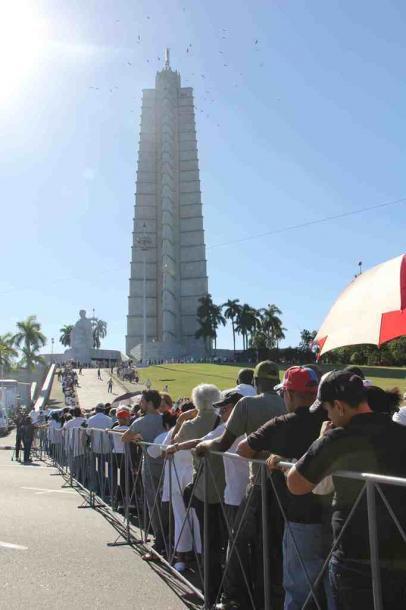 写真・図版 : 革命広場の前に並ぶ弔問の列=2016年11月29日、キューバ・ハバナ