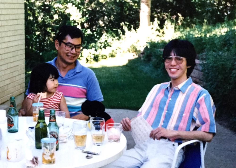 写真・図版 : 甲元さん(左)と筆者。1988年撮影