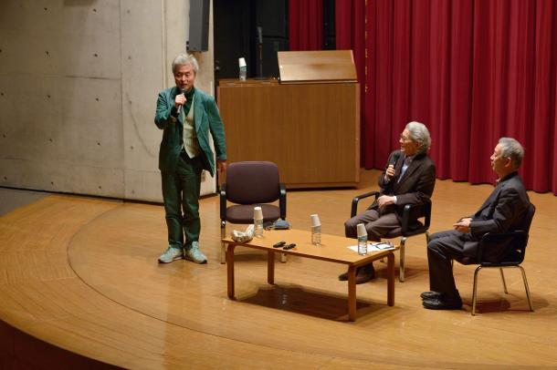 写真・図版 : 立ち上がって歌う鎌田東二さん(左)、五木寛之さん(真ん中)、島薗進さん