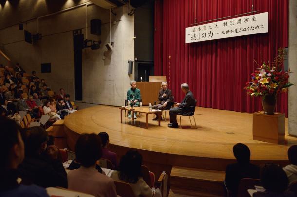 写真・図版 : 五木寛之さんらの話に聴き入る人たち