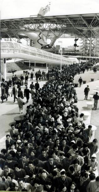 あちこちで長い行列ができた=1970年