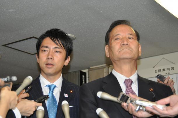 自民党本部での会合を終え、記者団の質問に答える小泉進次郎・農林部会長(左)と、西川公也・元農林水産相=11月24日