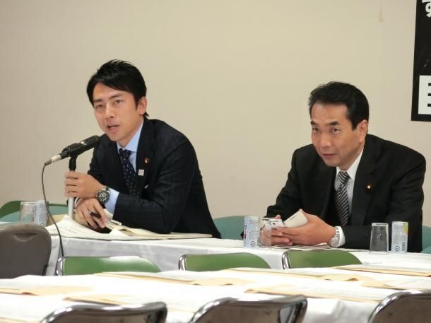 11月25日に改革案をまとめて、28日の自民党の関連会議で報告する小泉進次郎氏(左)。右は農林族議員で元農水副大臣の江藤拓=自民党本部