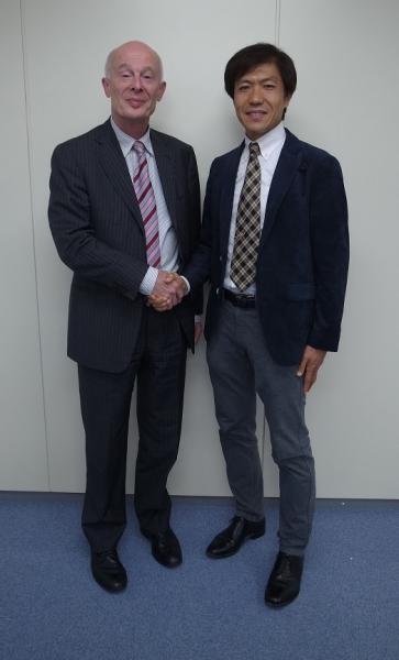 写真・図版 : シェルンフーバー氏(左)と筆者