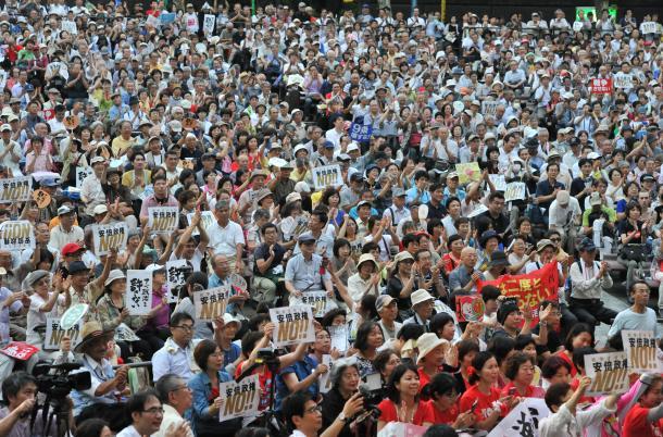 安保関連法案や原発政策など安倍政権の政策に反対する人たちが、日比谷野外音楽堂に集まった=2015年7月24日