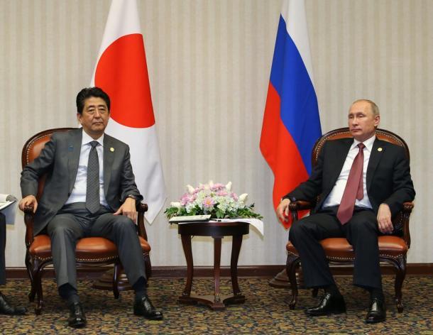 首脳会談に臨むロシアのプーチン大統領(右)と安倍晋三首相=19日午後5時34分、ペルー・リマ