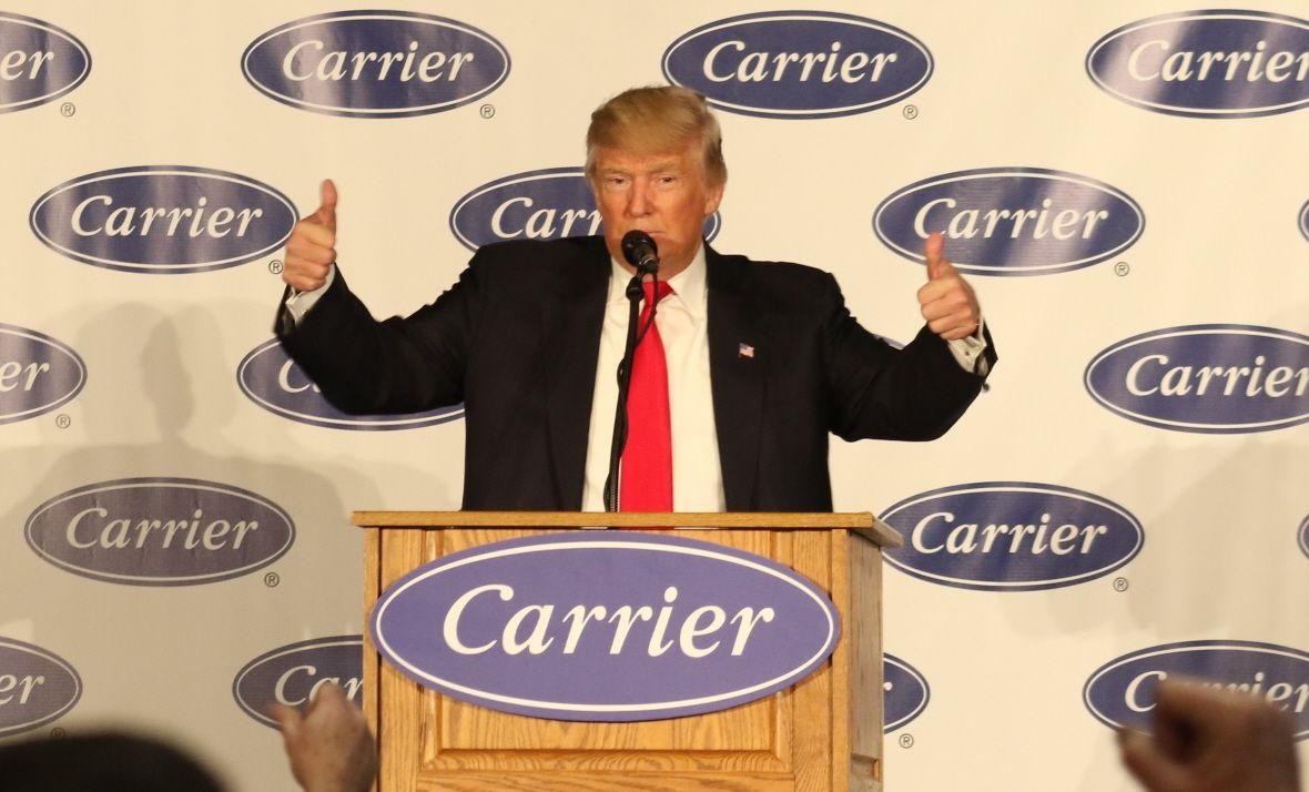 写真・図版 : 空調機器工場での演説を終え、両手の親指を立てて成果を誇るトランプ次期米大統領=12月1日、米インディアナ州インディアナポリス