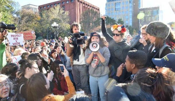 数千人の若者やクリントン氏支持者がトランプ氏に抗議するデモ集会を開いた=11月12日、米ニューヨーク