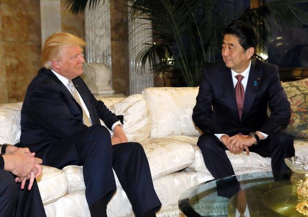 トランプ次期米大統領(左)と会談する安倍晋三首相=17日午後4時55分、米ニューヨーク、内閣広報室提供20161118