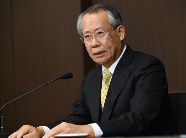 会見で記者の質問に答える上田良一NHK次期会長=2016年12月6日、東京都渋谷区