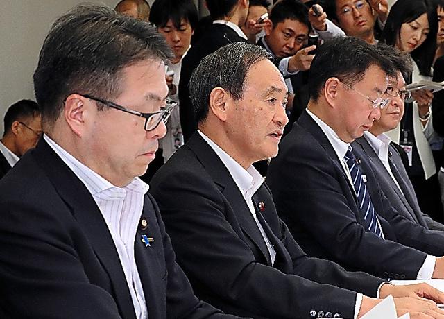 写真・図版 : 原子力関係閣僚会議で発言する菅義偉官房長官