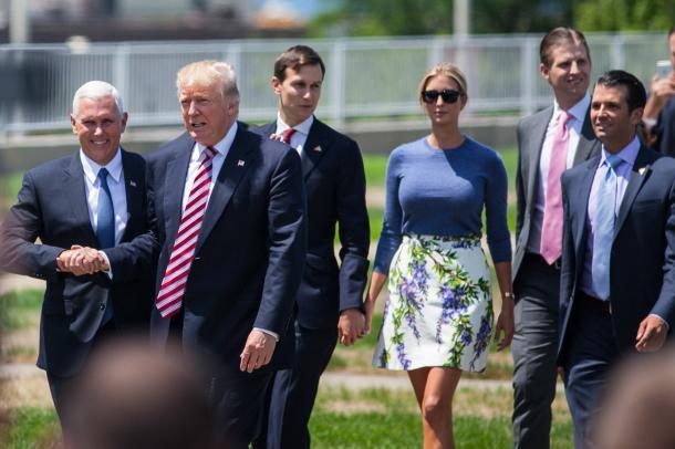 写真・図版 : トランプ氏と握手するペンス副大統領(左)。そのすぐ後ろには、娘のイバンカ氏と手をつなぐ夫クシュナー氏が続く。今では、これからの米国政治の行方のカギを握る人物たちだ=2016年7月、オハイオ州、ランハム裕子撮影