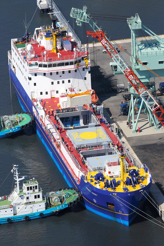 写真・図版 : 国内の余剰プルトニウムを米国へと運び出す輸送船