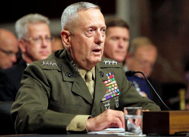 米ワシントンで2010年、連邦議会で発言するジェームズ・マティス氏=ロイター。トランプ次期米大統領が新政権の国防長官に起用する方針を明らかにした