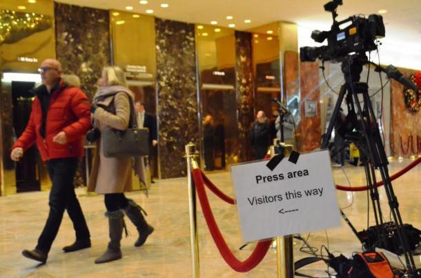 写真・図版 : ニューヨーク5番街のトランプタワー1階ロビー。金ぴかのエレベーターがトランプ氏の居室に通じている(真鍋弘樹撮影)