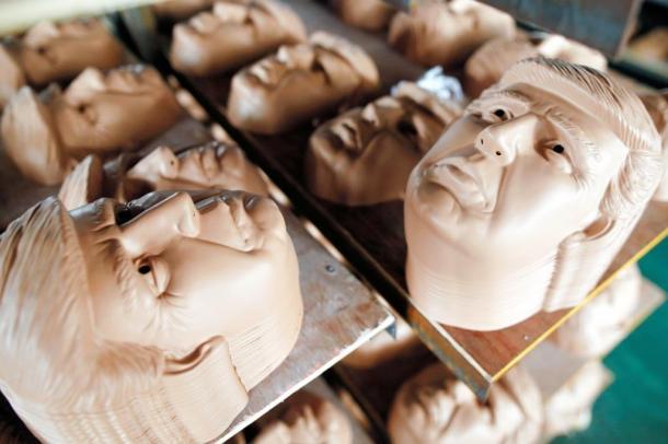 写真・図版 : 中国・浙江省の会社で製造されるドナルド・トランプ氏のマスク=ロイター
