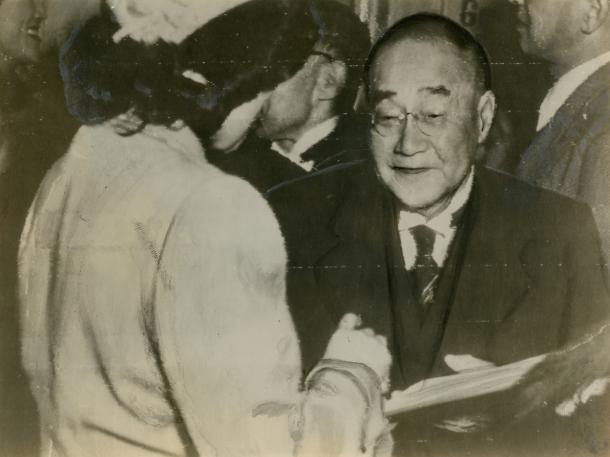 1951年のサンフランシスコ講和会議でサインを求められる吉田茂首席全権