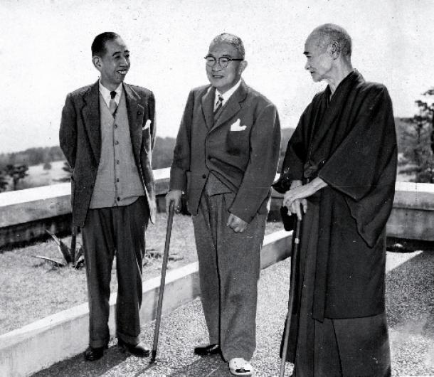 鳩山一郎氏(中央)と岸信介氏(左)をつないだのは、自主憲法制定という「悲願」だった=1955年3月