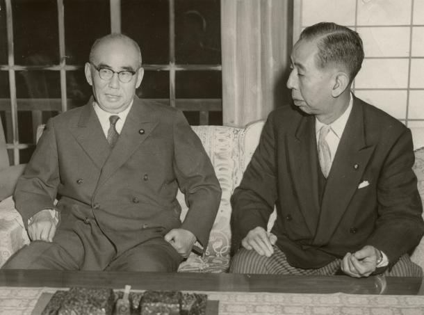 石橋湛山前首相(左)と話し合う岸信介首相(右)=1958年、石橋邸で