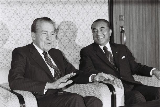 写真・図版 : 中曽根康弘首相を表敬訪問したニクソン元米大統領=1985年