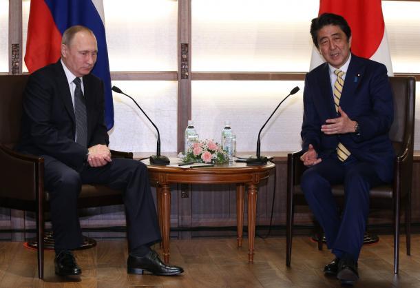 写真・図版 : 会談に臨むロシアのプーチン大統領(左)と安倍晋三首相=2016年12月15日