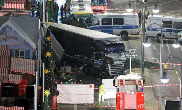 写真・図版 : ベルリンで2016年12月19日、クリスマス市の群衆に突っ込んだ大型トラック=ロイター