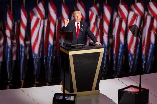 原稿を読まずに、感情のままに人を批判したり、虚偽の発言をしたりすることでおなじみのトランプ氏。でも、共和党の正式な大統領候補となり、党全国大会を締めくくる最後の演説ではプロンプターできちんと原稿を読んでいる様子がうかがえた=2016年7月、オハイオ州クリーブランド、ランハム裕子撮影