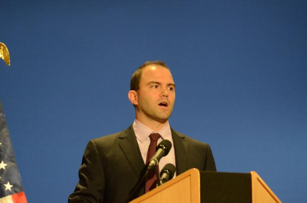 写真・図版 : 2011年11月、仏カンヌで開かれた主要20カ国・地域(G20)首脳会議(サミット)の際の記者会見で語るベン・ローズ氏=尾形聡彦撮影