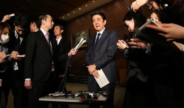 写真・図版 : 官邸で取材に応じる安倍晋三首相=2015年12月、東京・永田町