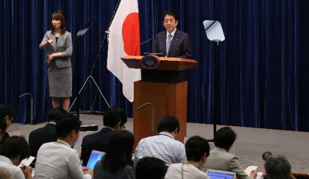 写真・図版 : 記者会見で戦後70年の談話を発表する安倍晋三首相=2015年8月、首相官邸