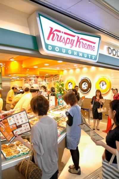 開店当日のクリスピー・クリーム・ドーナツのサカエチカ店=2011年9月、名古屋市中区栄3丁目