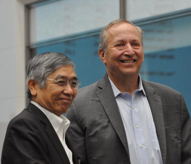 写真・図版 : 日本銀行で講演したローレンス・サマーズ元米財務長官(右)と黒田東彦・日銀総裁