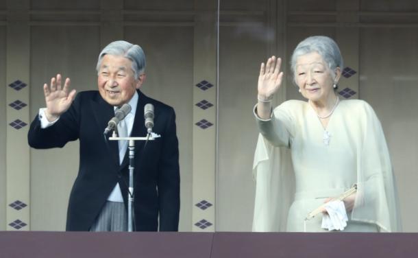 一般参賀に集まった人たちに手を振る天皇、皇后両陛下=20170102