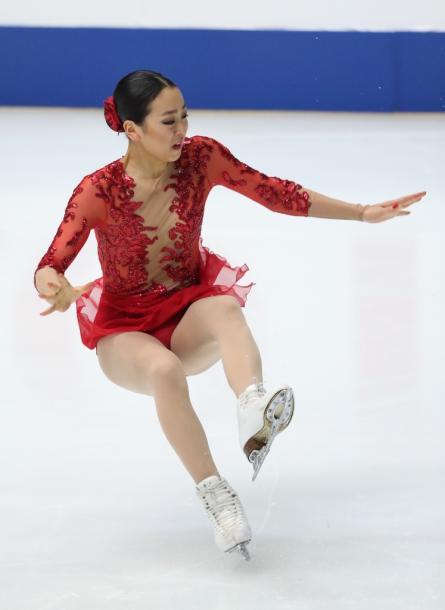 写真・図版 : 全日本選手権の女子フリーでトリプルアクセルに失敗、体勢を崩す浅田真央=2016年12月