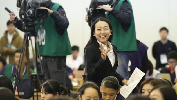 SPの滑走順抽選会場に笑顔で入る浅田真央