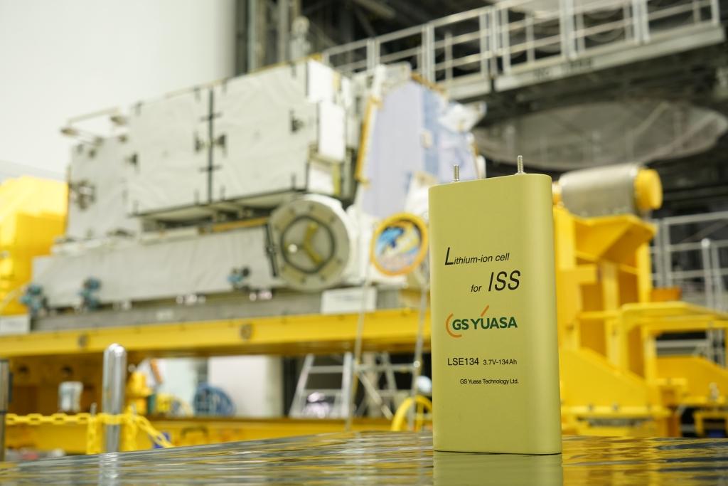 写真・図版 : 国際宇宙ステーションの新たな電力源となるリチウムイオン電池(JAXA)