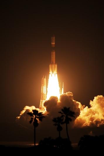 写真・図版 : 無人補給船「こうのとり」を搭載し、種子島宇宙センターから打ち上げられたH2Bロケット(三菱重工業/JAXA)