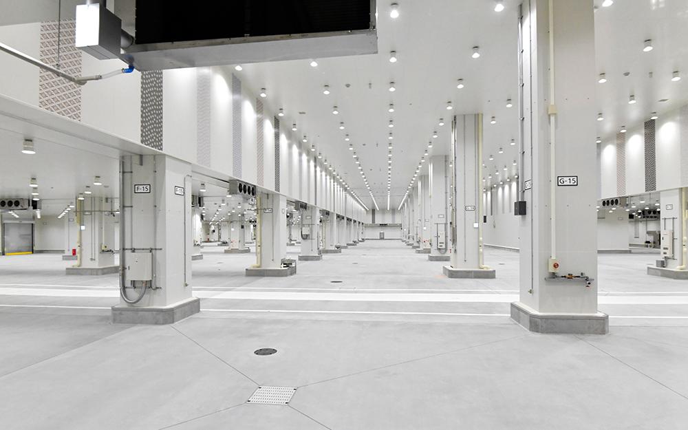 写真・図版 : 豊洲市場の水産卸売場棟