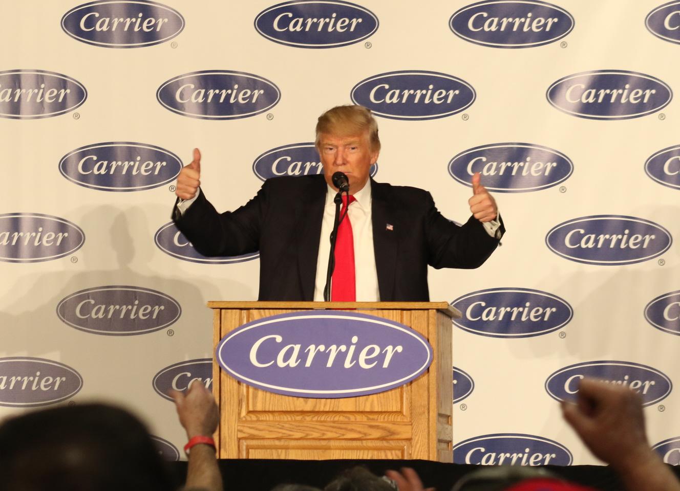 写真・図版 : 演説を終え、両手の親指を立てて成果を誇るトランプ次期米大統領=2016年12月1日、米インディアナ州インディアナポリス、五十嵐大介撮影