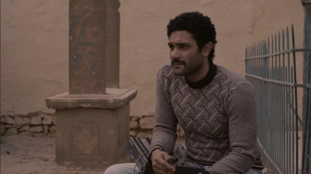 写真・図版 : 『敷物と掛布』(エジプト革命下のカイロをさまよう男)