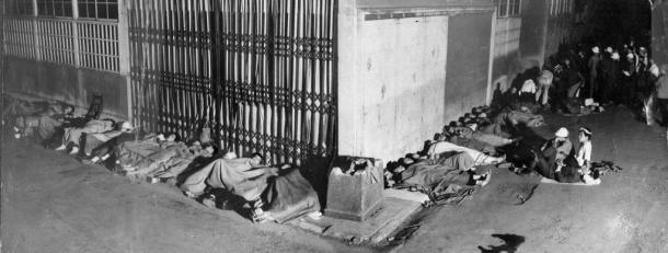 西田幾多郎全集第1巻7000部のうちの250部が1947年(昭和22年)7月19日午前8時に東京・神田の岩波書店で売り出されるというので、3日前の16日夕から早くも行列ができ、前日の18日にはざっと200人もが徹夜で並んだ。写真は19日午前2時の岩波書店前