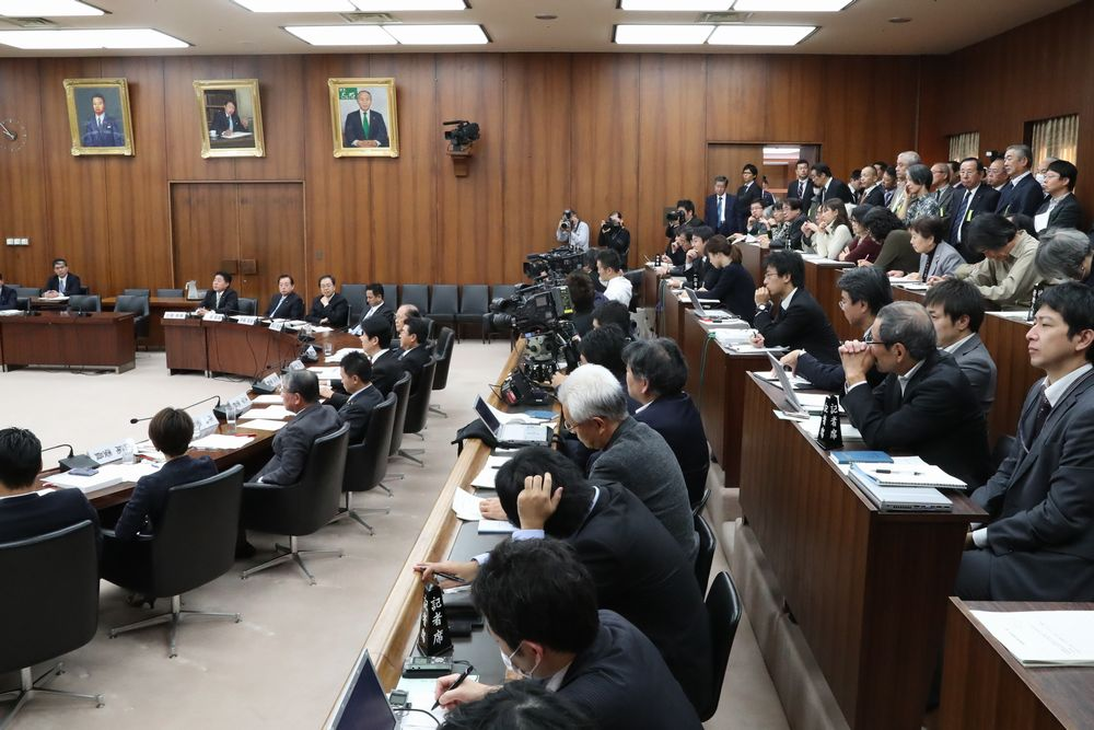 写真・図版 : 衆院憲法審査会が再開され、傍聴席(右上)には多くの人が詰めかけた=16年11月17日