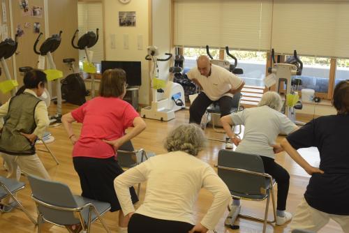 東京都健康長寿医療センターで運動に取り組む高齢者ら。元気で長生きのカギは筋力だ