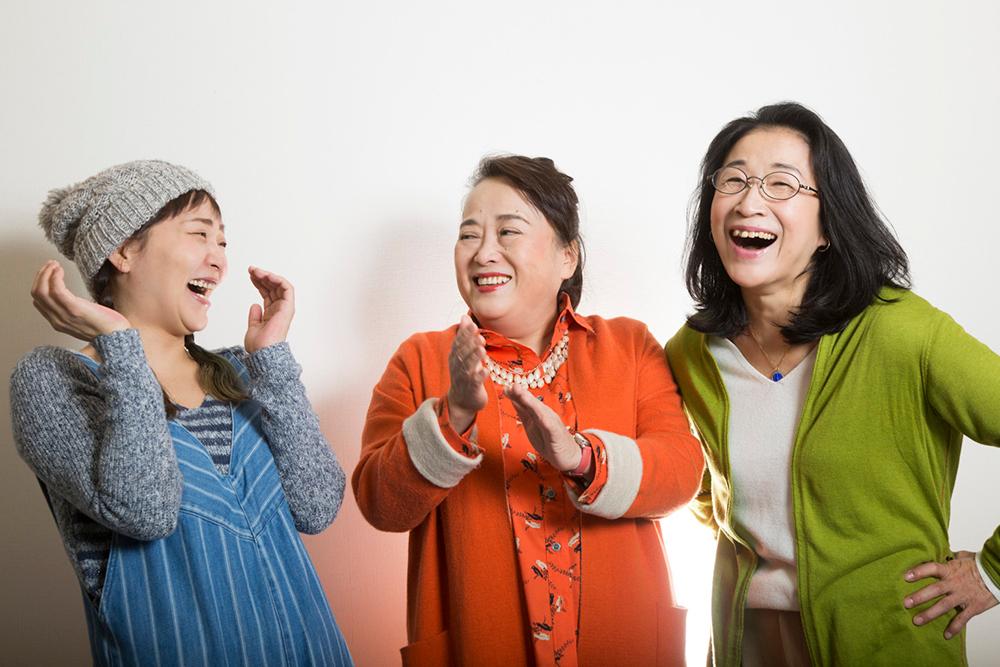 写真・図版 : 左から、桑原裕子、渡辺えり、木野花=岩村美佳撮影