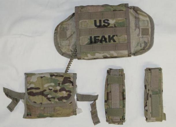 写真・図版 : 米陸軍のAFAKIIは、ポーチ内にインナーポーチがあり、コードで本体のポーチと結合している。左右両方からでも引き出して使用できる。止血帯ポーチ2個は独立しており、縦横どちらでもモールに装着可能だ=筆者提供