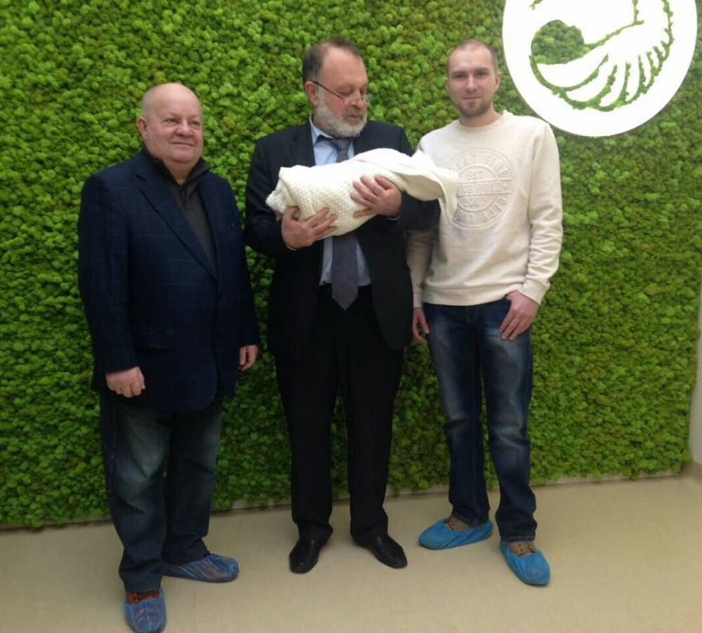 写真・図版 : ウクライナで今年1月、体外受精させた受精卵の核を別の女性の卵子に移し、3人の遺伝子を持つ女児が生まれた=病院のウェブサイトから