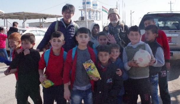 シリア難民がいるダラシャクランの難民キャンプ=後列右が鎌田實さん